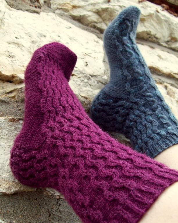 Free Knitting Pattern: Crosswaves Cabled Socks