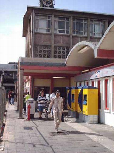 station Arnhem 26 augustus 2003. Straatzijde.