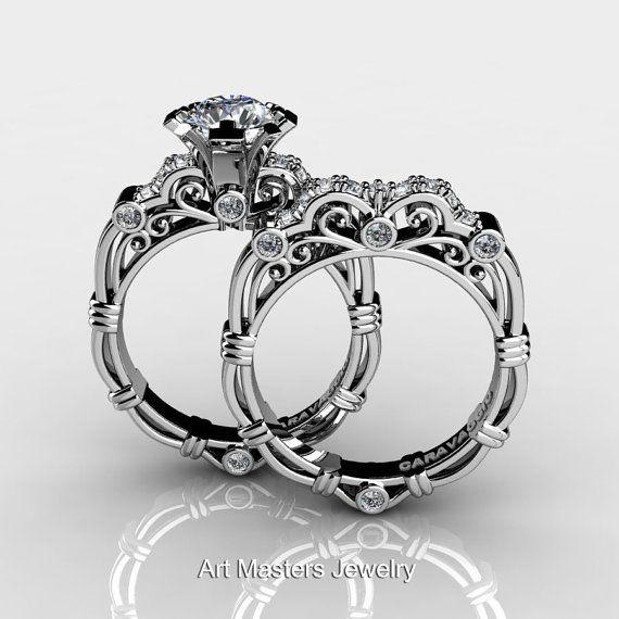 Erschwinglich, luxuriös und Reich, wird diese Art Masters Caravaggio 14 K White Gold 1.0 Ct White Sapphire Diamant Verlobungsring Ehering Set R623S-14KWGDWS den anspruchsvollen weiblichen Geschmack erfreuen. Auffällige und geschmackvoll gestaltete für Ihren besonderen Moment, sind diese Designer-Hochzeits-Stücke ein Anblick.  Zusätzliche $300 Hochzeits Set Rabatt wurde auf diesem Satz angewendet  Set beinhaltet:  Verlobungsring  * 1 x über 5,0 Gramm TW (ca.) Besetzung 14K Weissgold…