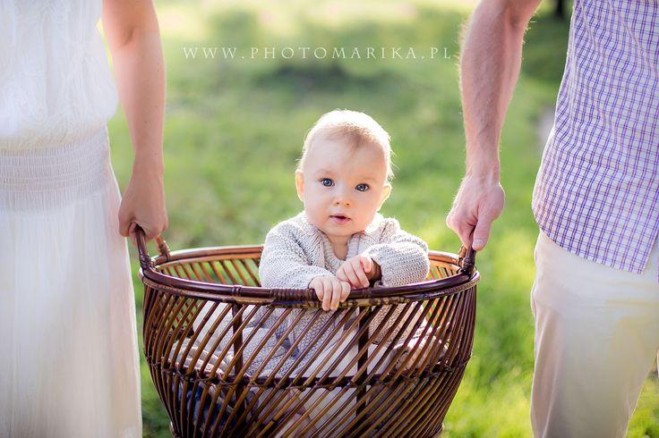Mała dziewczynka w koszyku, sesja rodzinna