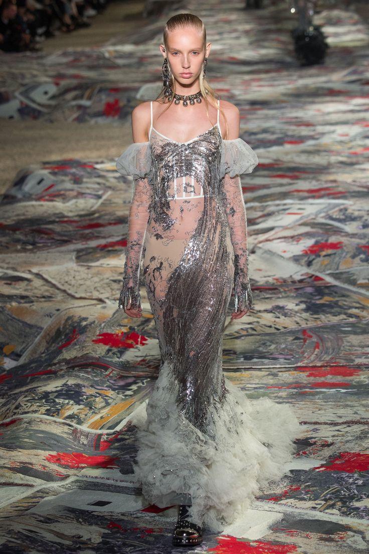 #AlexanderMcQueen #fashion #Koshchenets  Alexander McQueen Spring 2017 Ready-to-Wear Collection Photos - Vogue