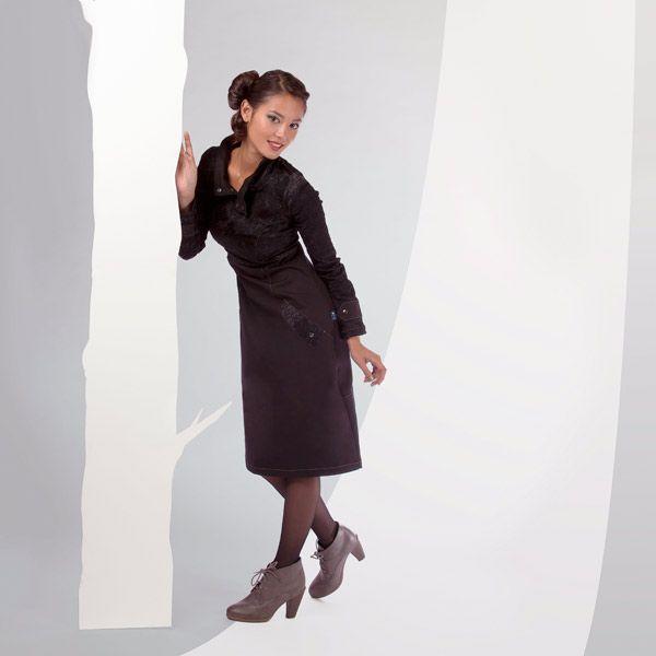 ROBE ARTIA de chez Chilia : Col rabattable, détails aux poches et poignets : la robe Artia dessine une silhouette raffinée. Extensible et confortable, elle descend au genou pour mieux vous protéger des frimas !