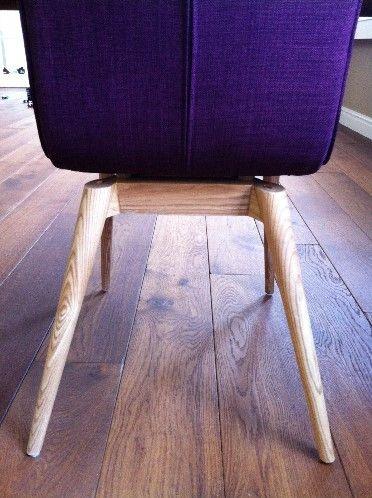 Hippe paarse stoel met eiken houten frame