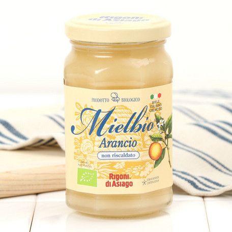 イタリア南部の州カラブリアおよびシチリア産のオレンジの花から採取したクリーミーな食感をもつ結晶ハチミツです。オレンジの爽やかな香りとほんのりアーモンドの香り漂う、軽い、夏向きの甘さをもつハチミツです。パン、トーストやフルーツにつけたり、お料理や紅茶の甘味料として。また、チーズやケーキに添えても美味しいです。■Rigoni di Asiago(リゴーニ ディ アシアゴ)リゴーニ家は1992年以来、オーガニックハチミツを専門に扱ってきました。美味しくて栄養豊富なハチミツをお届けするため、巣が維持されているのは巣に害を与える汚染要因が存在する都市部や集約農業地帯から遠く離れた場所です。また、研究所で認証試験を実施してハチミツが農薬に一切含まれていないことを保証しております。リゴーニ ディ アシアゴのハチミツは全て、イタリア政府から認証を受けたオーガニック製品です。残留農薬もないので、ハチミツの栄養素が損なわれる事がありません。リゴーニ ディ…