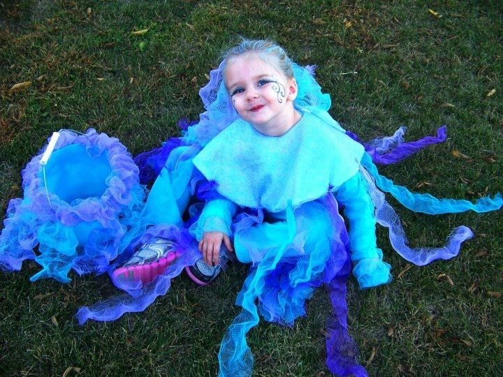 jelly fish costume, made with deconstructed bath puffs! cheap!