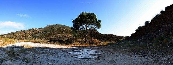 https://flic.kr/p/67ev8L | Land Art V | Materia: farina + aghi di pino + pietre Luogo: Llançà (Spain) Agosto 2008 _____________________________  Matter: flour + Pine needles + stones Location: Llançà (Spain) August 2008