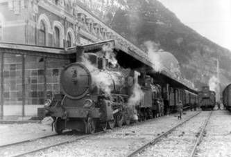 Estacion de Canfranc,Llegada del correo a Canfranc, año 1956, locomotora serie 230-2103 al 2106.   Fondo Revista Jacetania