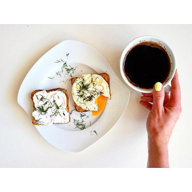 Śniadanie w wolny czwartek: tosty żytnie z twarożkiem z rzodkiewką, jajkiem sadzonym 🍳 Do tego oczywiście kawa ☕️😋 ---> Zapraszam na moją stronę na fb https://m.facebook.com/eatdrinklooklove/ ❤ . .  Breakfast on a free thursday: rye toasted with cream cheese with radish, fried egg 🍳 For that, of course coffee ☕️😋 ---> I invite you to my page on fb https://m.facebook.com/eatdrinklooklove/ ❤