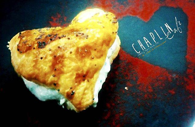 Ya sabéis.. este jueves toca #juevesdepinchos  está es nuestra propuesta a ver qué os parece nuestro  CORAZÓN DE SALMÓN Hojaldre en forma de corazón y relleno de Crema de queso con cebollino salmón ahumado y con un toque de sartén.  Mañana jueves a partir de las 19h por 2 euricos!! #tardeo #tardeoonda #pinchos #hosturionda #chequebo
