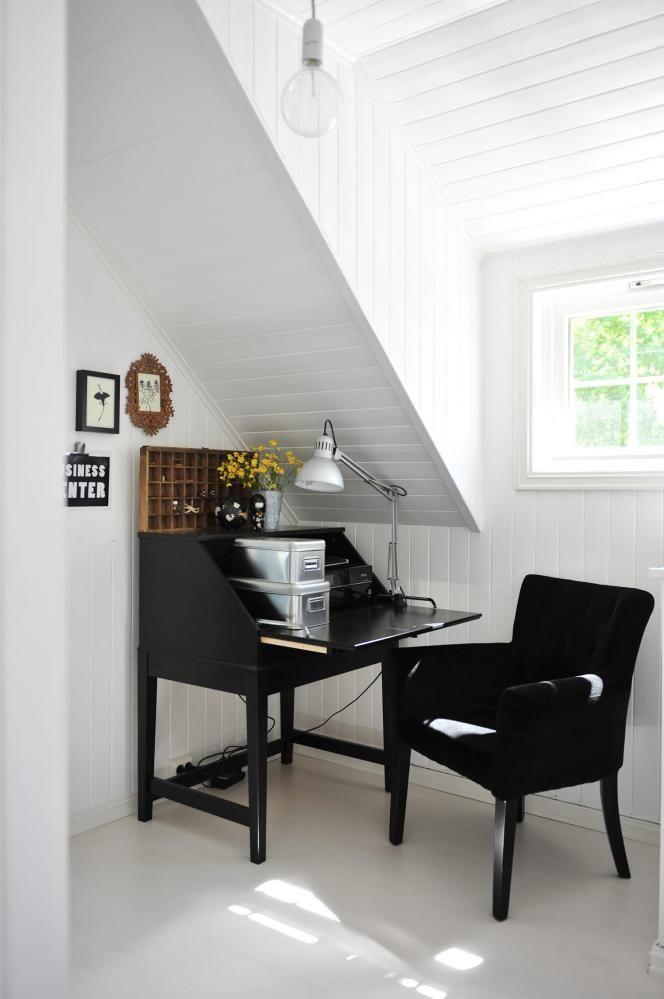 UNDER SKRÅTAKET: En egen kontor- og hobbykrok har fått plass under skråtaket. Skatollet er fra Ikea, stolen fra Kremmerhuset.
