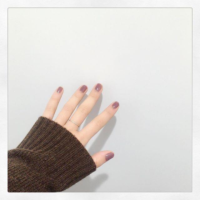 * 2017.1.20 * * 今日はさむいよーさむいさむい。 とりあえず明日に向けての勉強を今日はします。 お昼に食べたカップスープでのどを火傷しました。つらい。 指輪がやっぱりなくて、姉に貰ったやつを今はつけてます。 真鍮のをずっと付けてたから シルバーなのが見慣れない。 爪は、何色だろう? 紫みたいな茶色みたいなピンクみたいな。小豆? 不思議な色が可愛くてお気に入りです。 * * #日記 #セルフネイル #単色ネイル #リンメル #お洒落さんと繋がりたい