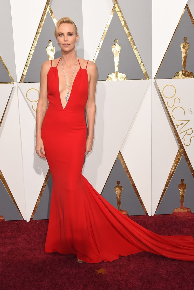 Charlize Theron  en robe Dior. PHOTOS. Les plus belles robes du tapis rouge des Oscars 2016
