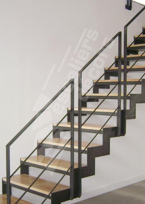 Photo D107 - ESCADROIT®. Escalier design dintérieur en métal et bois pour une maison dArchitecte et une décoration contemporaine. Résolument graphiques et contemporaines, les lignes de cet escalier droit, dont la crémaillère L souligne le dessin des marches, instaurent un dialogue avec le décor qui l'entoure. Il capte le regard tout autant qu'il l'invite à découvrir la pièce sous un angle nouveau. Marches caissons recevant un plateau bois massif. Limons de chaque côté découpés ty
