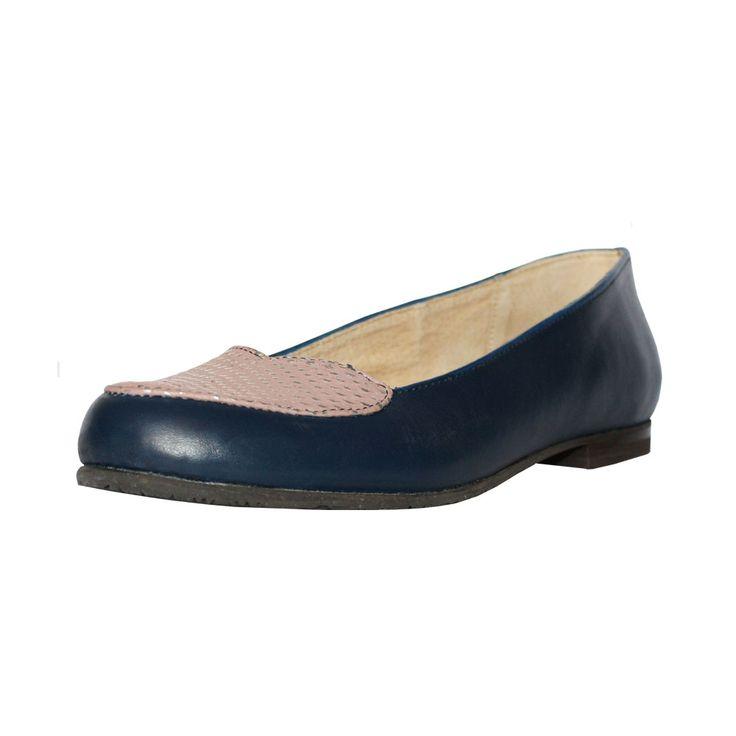 Zapato de mujer balerina, de color azul y rosa pálido con plata.