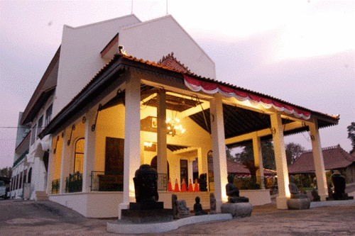 #gedungpernikahan Balai Sarwono memiliki atmosfir Jawa yg kental. Dengan luas ruangan sekitar 420 m2, mampu menampung tamu hingga 200 orang. http://bit.ly/xNjjOQ