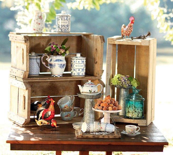 As caixas de feira se transformaram em armarinhos na mesa de café