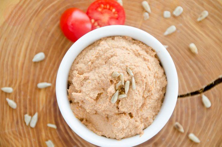 Pasta ze słonecznika  – Szukacie czegoś pysznego do chleba? Zapraszam na pastę ze słonecznika z dodatkiem suszonych pomidorów, czosnku i kilku aromatycznych przypraw. Pasta ze słonecznika jest bardzo prosta i szybka do przygotowania, aby była gładka i aksamitna niezbędny jest blender lub malakser, który zamieni wcześniej namoczone nasionka słonecznika w jednolitą pastę. Pastę można zakwalifikować do dań z kuchni Raw, która bazuje na surowych składnikach. Nasiona...