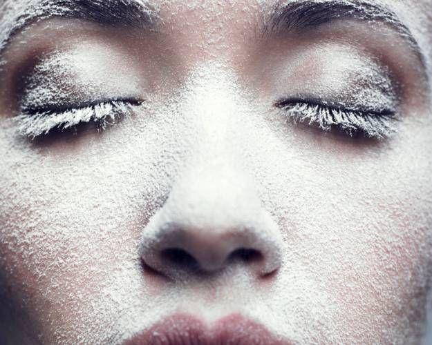 Несколько советов, как очищать кожу зимой: ЧАСТЬ 1. Нанеси свой гель для умывания, пенку, молочко или лосьон круговыми движениями кончиками пальцев. Тщательно ополосни водой. После умывания мягко промокни лицо чистым полотенцем. NOTE! В свой beauty-день умойся фильтрованной водой. Делай это чаще! Удали остатки очищающего средства тоником или лосьоном – они успокаивают кожу. Очень полезны органические тоники, которые не содержат химических ингредиентов и не оставляют на лице пленки.