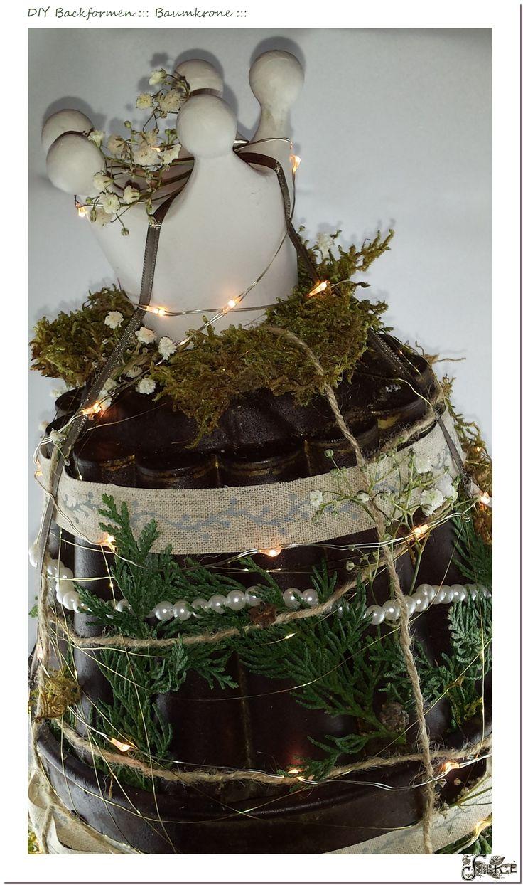 Backformen-Baum mit Tanne und Moos, Perlen und Leuchtdioden, Bänder und Spitze, Krone und Schleierkraut.