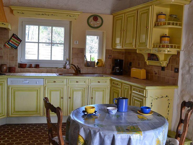Location vacances maison Saint-Julien-de-Peyrolas: Lave vaisselle, four MO, grille pain etc ..
