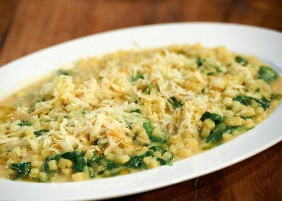 Risotto muss nicht immer mit Reis zubereitet werden, auch mit kleingewürfelten Kartoffeln schmeckt es himmlisch gut und ist in nur 30 Minuten zubereitet.