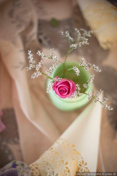 Centrotavola DIY con vasetto colorato e decorazioni floreale per un matrimonio stile rustic chic