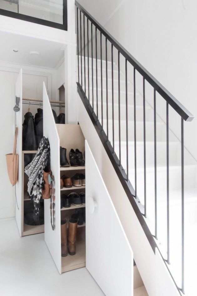 Pour gagner des placards, la solution astucieuse est de créer un dressing coulissant sous l'escalier plein d'étagères à chaussures