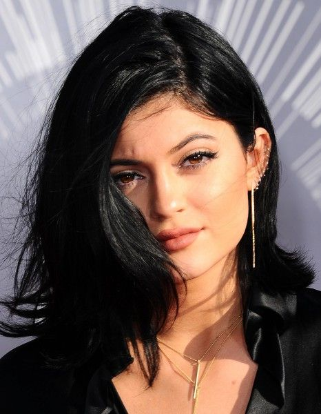 Kylie Jenner, l'autre demi-sœur de Kim Kardashian, relativement discrète jusqu'ici (comparée au reste de son illustre famille), commence doucement mais sûrement à faire parler d'elle. http://www.elle.fr/People/La-vie-des-people/News/A-17-ans-Kylie-Jenner-s-est-elle-fait-refaire-la-bouche-2754898