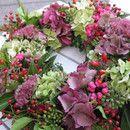Ein hübscher frischer Herbstkranz mit Liebe gebunden in rosa und rot, aus Efeu, verschiedenem Grün, Hagebutten, Beeren, Hortensien und fetter Henne. Wunderschön auf dem Tisch, als Türkranz, als...