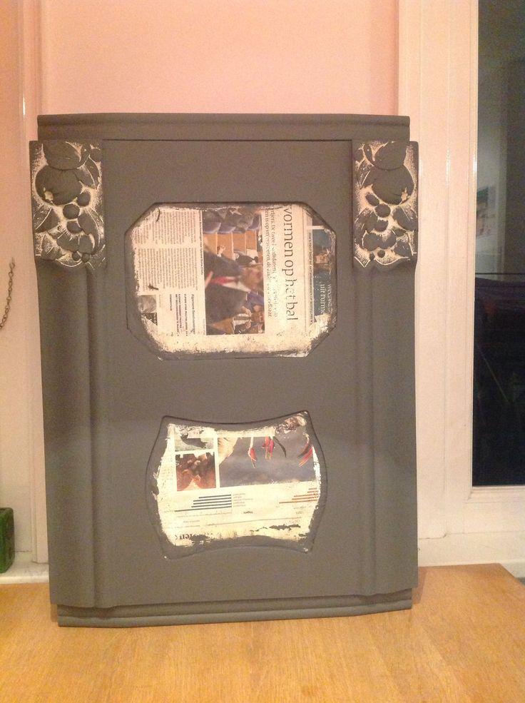 Oud klokkastje aan het schilderen. Wordt een leuk kastje met aan binnenkant retro behang en plankje om spulletjes in te zetten!