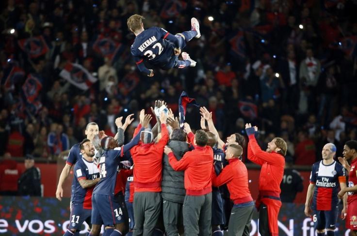 L'addio di Davide Beckham al calcio.   L'omaggio dei compagni del Psg.  (foto Afp)