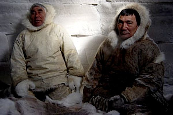 """Kuzey Kutbu Müslümanları anada, Sibirya, Grönland, Alaska gibi Kuzey Kutup Bölgesi'ne yakın kesimlerde yaşayan insanlara verilen addır. Bazı Amerika Yerlileri Eskimo sözcüğünü """"yabancı"""" anlamında da kullanır. Bugün yeryüzünde Grönland'da 40 bin, Kuzey Kanada'da 23.500, Alaska'da 35 bin ve SSCB'de 1.500 olmak üzere 100 bin dolayında Eskimo yaşamaktadır."""