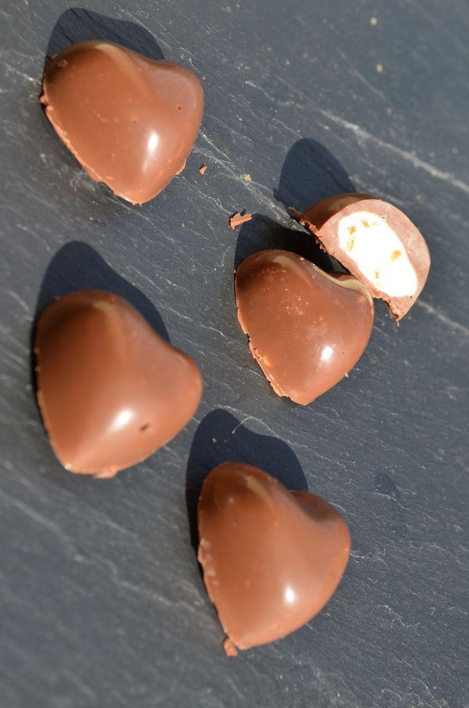 Pâques arrivant à grands pas, j'ai eu l'envie de tenter des schoko-bons maison. Cette recette nécessite un peu de patience mais le résultat vaut vraiment le coup. Je pense que j'en referais régulièrement: les chocolats sont fondants, le pralin bien croquant...