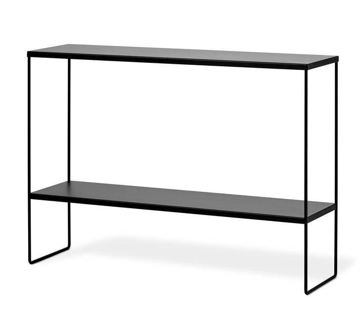 Alex avlastningsbord har en nätt och luftig design och ger en nästan svävande känsla. Det är tillverkat i lackerad metall som gör det enkelt att torka av och hålla rent. För din skull är avlastningsbordet redan monterat, bara att packa upp och placera där du vill ha det.