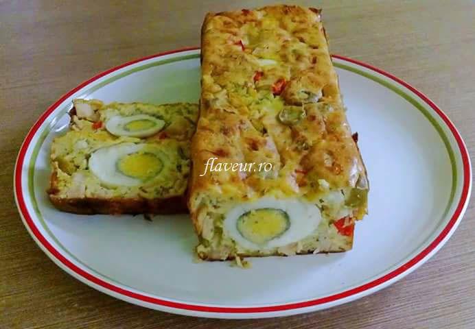 INGREDIENTE 4 ouă crude 4 ouă fierte tari 300 de grame de brânză telemea 300 de grame de șuncă bună de pui sau curcan 3 linguri de smântână 3 linguri de făină 1 ardei capia roșu 50 de grame de măsline fără sâmburi o legătură de mărar  MOD DE PREPARARE Ouale se bat ca …
