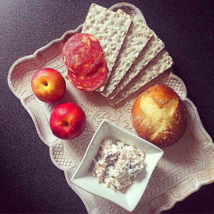 Wasa avec fromage frais et râpé de surimi, tranches de chorizo, nectarinse et viennoiseries 🍑🍞 #toasts #wasa #fibres #surimi #brioche #sucre #chorizo #lunch #plateau #yummy #food #toast #nectarine #équilibré #sogood #cheese #fromagefrais #philadelphia #yum
