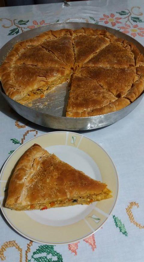 Υπέροχη γευστική και εύκολη πίτα !!! Υλικά: 2 κρεμμύδια, 2 καρότα, 3 πιπεριές (1πράσινη 1 κόκκινη 1 πορτοκαλί) 250 γρ.μανιτάρια 2 μεγάλ...