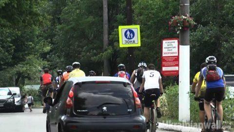 На Трухановом острове протестуют велосипедисты http://ukrainianwall.com/ukraine/na-truxanovom-ostrove-protestuyut-velosipedisty/  Велосипедисты устроили акцию протеста на Трухановом острове, ибо одно из любимых мест киевлян для отдыха заполонили автомобили. Велосипедисты настаивают, что Труханов — это пешеходная зона. А дорожные знаки это подтверждают.