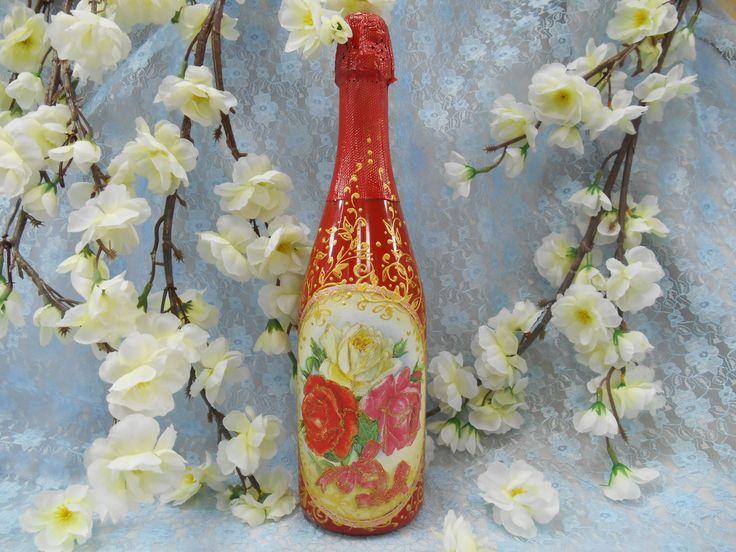 подарочное шампанское в бутылке красного цвета с рисунком в виде букета из роз выполнено в технике декупаж с росписью акрилом золотого цвета.#праздник #подарок #шампанское #красный #розы #декупаж #ручнаяработа #soprunstudio
