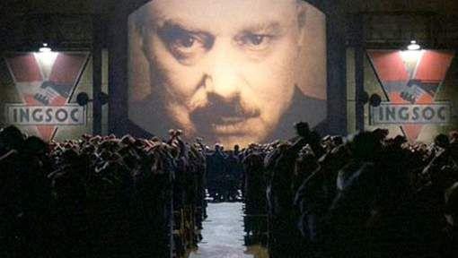 De verkoop van het originele boek van George Orwell piekt sinds de aanstelling van de nieuwe president van de VS. De verkoop van het originele boek '1984' van George Orwell piekt sinds de aanstelling van de nieuwe president Trump. Het boek werd uitgebracht in 1949 en door de sterke stijging van de verkoopcijfers zullen zo'n 70-tal onafhankelijke cinemazalen de film '1984' vertonen als protest tegen Trump.