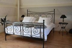 Tuitjenhorn: (2 personen)  B&B Romantisch slapen vlak aan zee van Noord-Holland !    Deze prachtige B&B beschikt over een eigen badkamer, eigen toilet, slaapkamer (met extra groot bed ), sfeervol ingerichte kamer.  De ligging is ideaal voor rust- en natuurliefhebbers: korte rijafstand naar het bos, zee en duinen.  Op basis tweepersoonskamer incl. ontbijt. € 35,00 p.p.p.n.