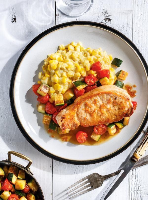 Recette de Ricardo de côtelettes de porc, maïs en crème et tomates cerises
