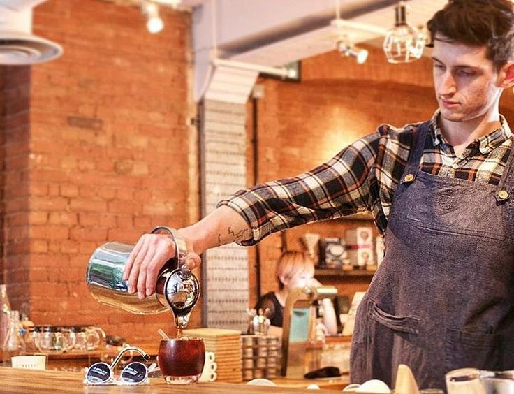 Here's Alex pouring a delicious cup of El Recuerdo, brewed over ice. It makes for a sweet, fruity and refreshing alternative to a hot cup of coffee. • Find out how to brew your own iced filter at home in our latest Journal article. Just follow the link in our bio.