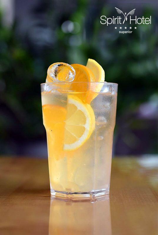 Ha egy döbbenetesen frissítő koktélt keresel, a Copperhead Fizz nem okoz majd csalódást. A klasszikus Gin Fizz koktél újragondolásának alapja a kardamommal, korianderrel ízesített belga Copperhead gin. Ezt a karakteres, fűszeres bázist a frissen préselt citromlé, vérnarancslé és a szóda frissíti fel, majd aranybarna demarara cukor édesíti. Végül reszelt gyömbér teszi fel a felfrissülés i-jére a pontot. Igazi hűha!