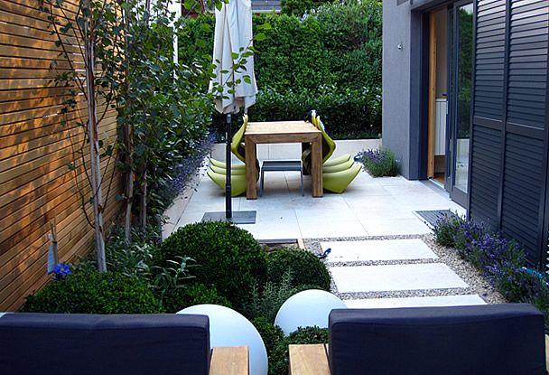 Moderner Garten moderner garten kleingarten holzdeck steinplatten lavendelpflanzen kirschlorbeer sichtschutz