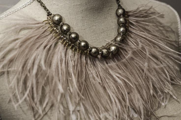Collar plumas nude. Nude feather necklace.