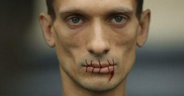 Petr Pavlensky, il 23 Luglio, ha protestato a San Pietroburgo cucendosi veramente la bocca contro l'estensione della custodia in carcere delle Pussy Riots, punk band al femminile anti Putin. Le tre ragazze rischiano fino a sette anni di reclusione e sono in cella da fine febbraio con l'accusa di