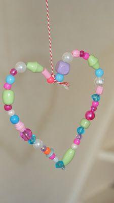 Leuke #DIY met ijzerdraad en kralen, een #hartje om op te hangen voor #Moederdag. Maak er meerdere in verschillende kleuren!