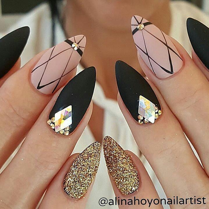 Las uñas negras están divinas