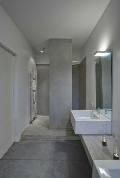 Bathroom- pillar as an option of division of shower space